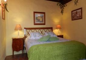 Dormitorio de matrimonio con mantas verdes