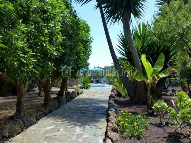 Camino de piedra hacia la piscina