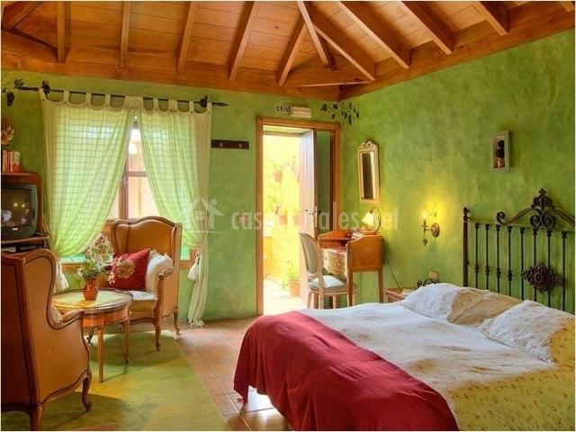 Habitación con cama de matrimonio y techo abovedado