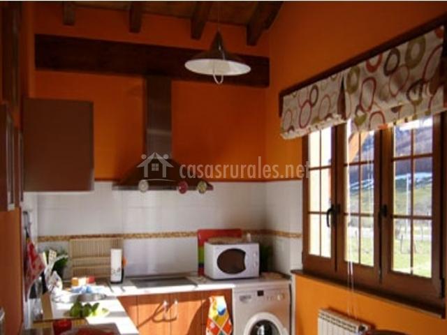 Cocina de la casa rural con ventanas