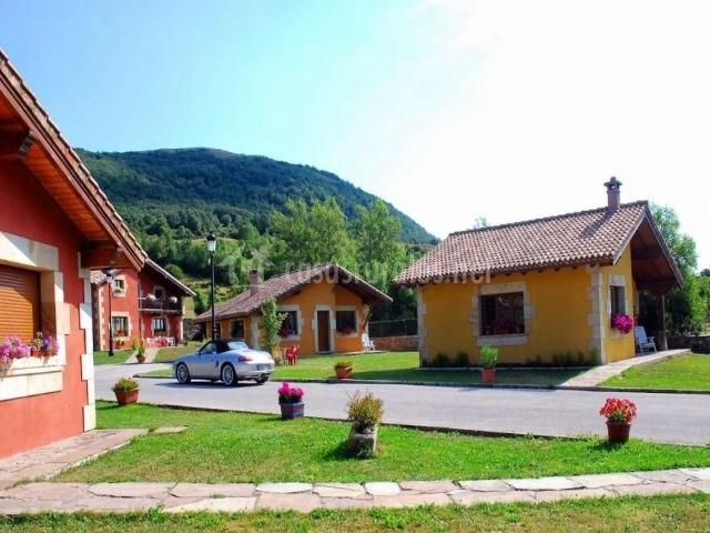 Zona exterior con los alojamientos del complejo y parking