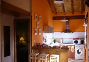 Cocina de la casa rural con barra de madera