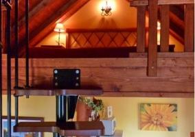 Altillo con escaleras y cocina