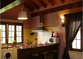 Cocina de la casa rural con barra americana
