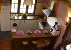 Cocina de la casa rural con electrodomesticos