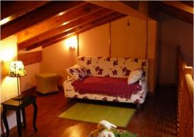 Sala de estar en buhardilla de la casa rural