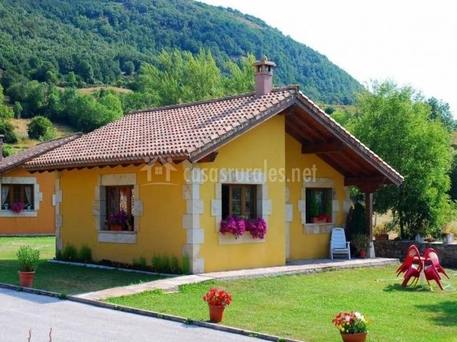 Casa susi en fontibre cantabria for Casa con jardin al frente