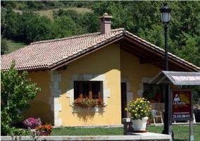 Acceso principal a la casa rural con porche y jardín