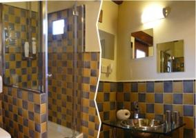 Aseo moderno con ducha y azulejos de dos colores