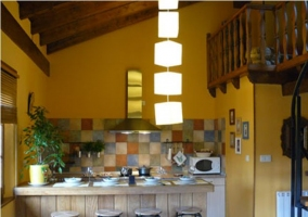 Cocina con electrodomésticos y barra americana