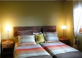 Dormitorio con camas individuales con edredones de rayas