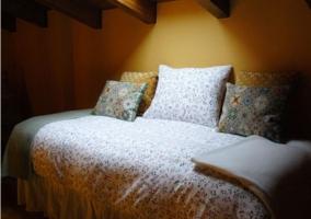 Dormitorio en la planta superior con cama