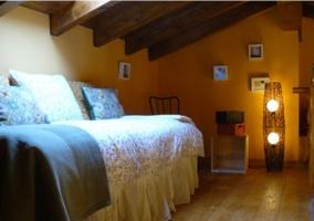 Dormitorio en la planta superior con suelos de madera