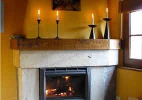 Salón de la casa rural con chimenea de piedra