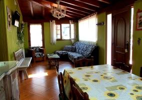 Salón con vigas de madera y mesa del comedor