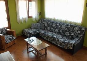 Sofás del salón y paredes verdes