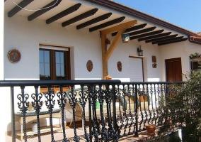 Terraza techada con mobiliario