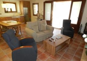 Salón-comedor-cocina con acceso a patio