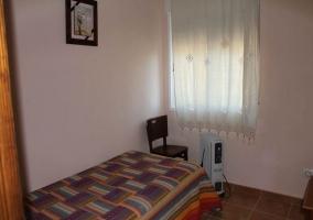 Habitación individual y silla
