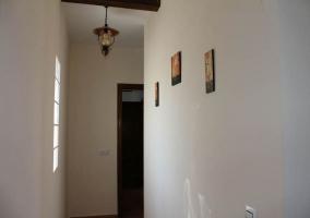 Tres cuadros en el pasillo