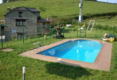 Casas rurales con piscina en asturias for Casa rural para cuatro personas con piscina