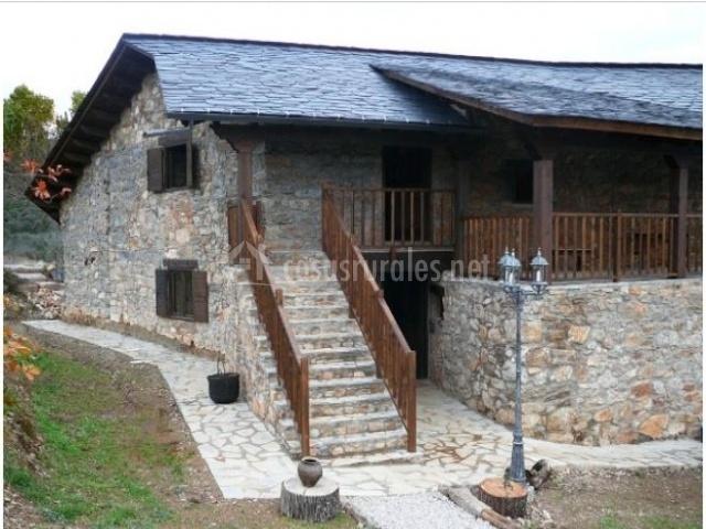 la casa rural con escaleras de piedra y patio a la entrada