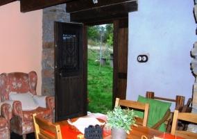 Habitación con cama de matrimonio y cabecero de hierro con paredes de piedra