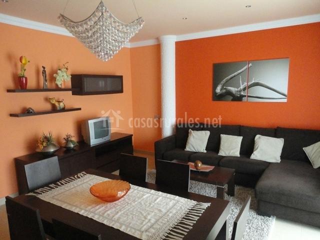Dos armario y sofá en la sala
