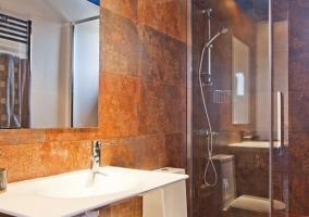 Espejo y lavabo en el baño