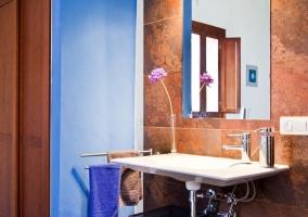 Flor en el lavabo y espejo