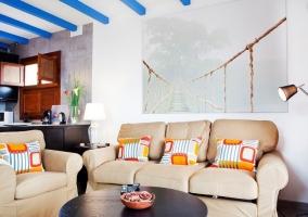 Dos sofás beige y mesa redonda