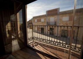 Dormitorio de matrimonio con terraza y vistas al pueblo
