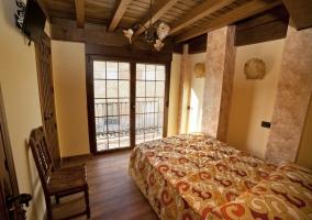 Dormitorio doble con cama de matrimonio y terraza