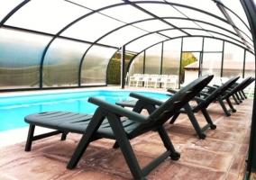 Fachada con piscina cubierta