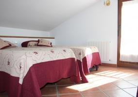 Dormitorio con dos camas individuales. Morado