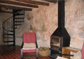 Dormitorio individualcon un cabecero muy original de tela en la casa rural