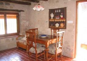 Detalle de la chimenea y escalera en caracol de la casa rural