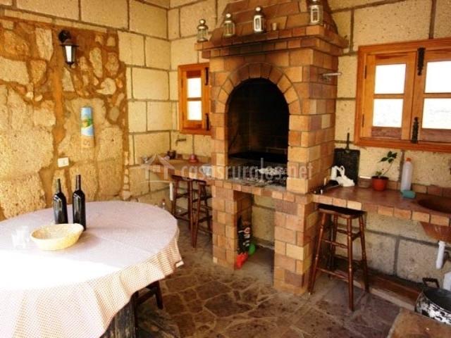 Barbacoa de piedra con mesa de comedor