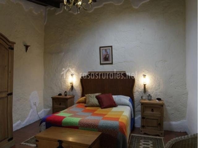 Dormitorio doble con cama de matrimonio de la casa rural