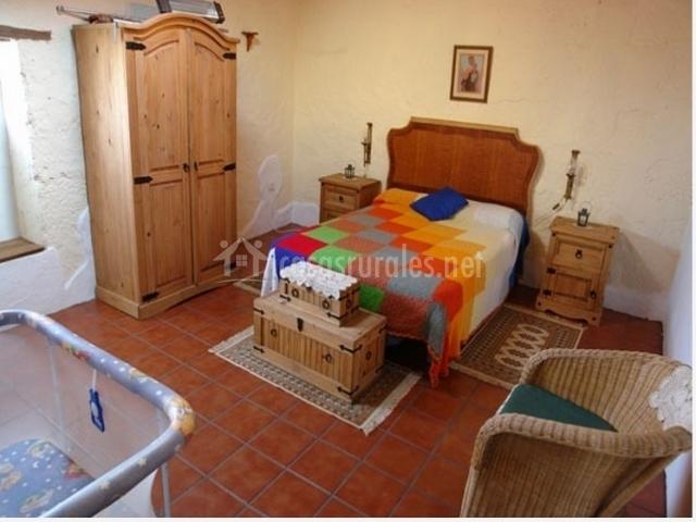 Dormitorio principal de matrimonio de la casa rural