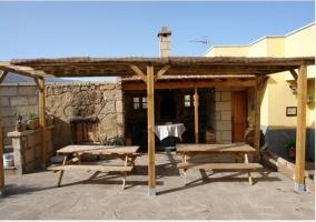 Terraza con porche de la casa rural