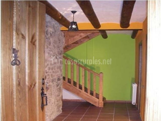 Acceso a la casa con escaleras de madera