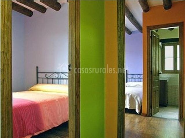 Pasillo colorido con vistas a los dormitorios