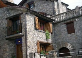 Acceso principal con fachada de piedra
