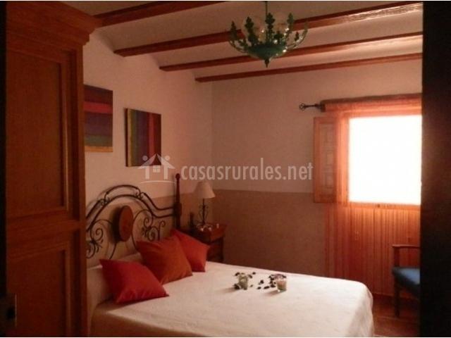 Dormitorio de matrimonio en la casa rural con armario