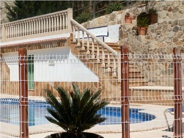 Vistas de la zona exterior con piscina vallada
