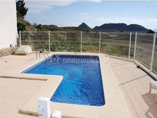 Vistas generales de la piscina con naturaleza en el horizonte