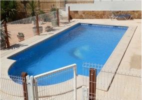 Vistas de la zona exterior con piscina
