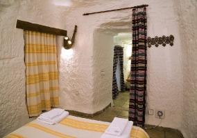 Habitación doble con camas separadas con techo de piedra