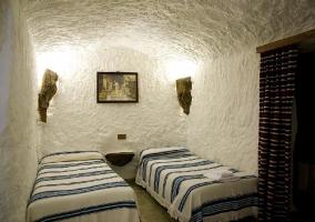 Fachada blanca de las cuevas